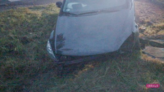 Hyundai wjechał do rowu i uderzył w przepust