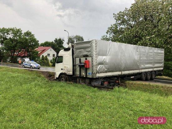 Ciężarówka zatarasowała DK8