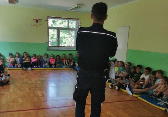 Dzielnicowy z Piławy Górnej z wizytą w szkole podstawowej