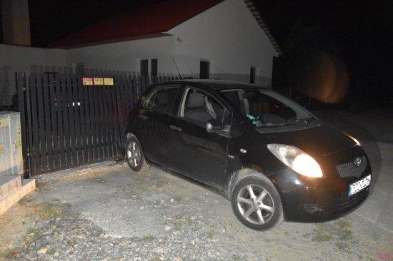 Pieszyce: pijany kierowca z sądowym zakazem uderzył w bramę