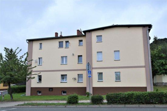ul. Obrońców Westerplatte 48 (Schulstrasse 10) Mieszkał tu między innymi Hermann Henkel, nauczyciel i członek bielawskiego Towarzystwa Sowiogórskiego. Wydał mapę Gór Sowich, jako jeden z pierwszych zaczął jeździć tu na nartach