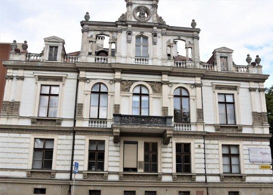 Ul. Wolności 148 (Mittelstrasse 51) Była willa rodziny Rosenbergów - bielawskich fabrykantów i kupców. Posiadali również farbiarnię tkanin. Wzniesiono ją w stylu renesansu francuskiego, belgijskiego i włoskiego