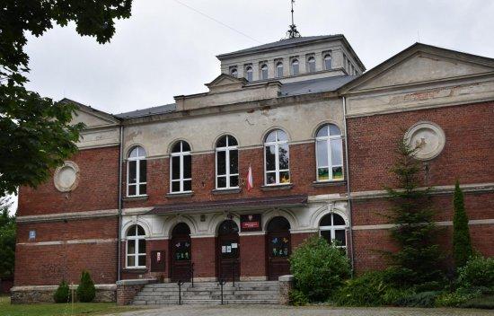 Ul. Ludowa 11 (Kirchstasse 11) Dawna szkoła dla dziewcząt. Potoczna nazwa szkoły Kaffeemühle (Młynek do kawy) pochodzi od kształtu zaprojektowanego przez Hermana Schatteburga