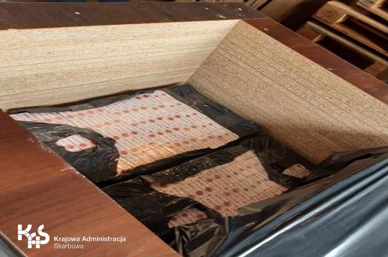 Kierowca ukrył w płytach meblowych 400 tys. szt. papierosów bez znaków akcyzy