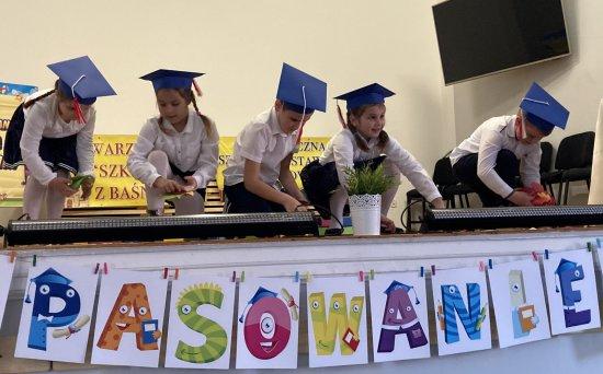 Uroczystość pasowania na ucznia w NSP Gilów