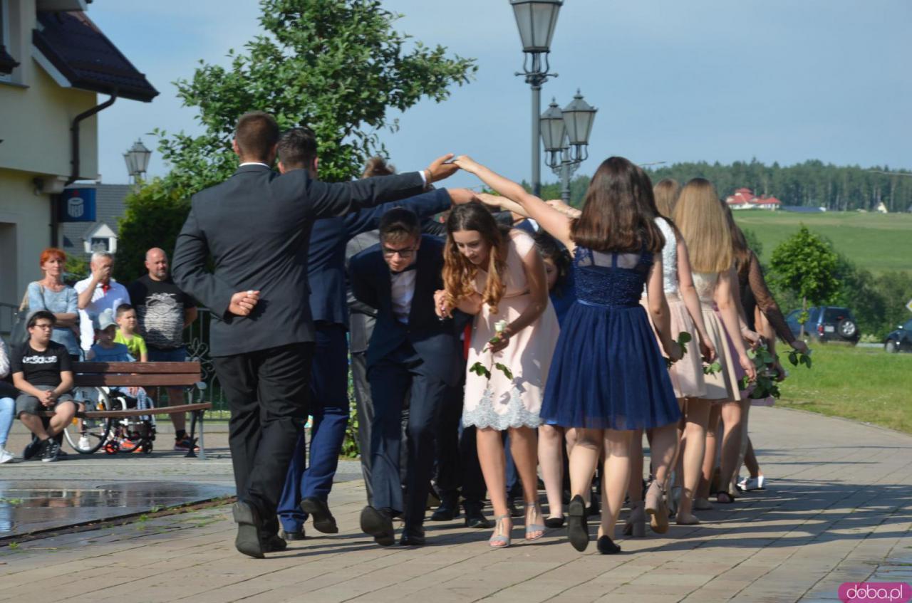 23b17f84 Szczytna: absolwenci odtańczyli poloneza [Foto]