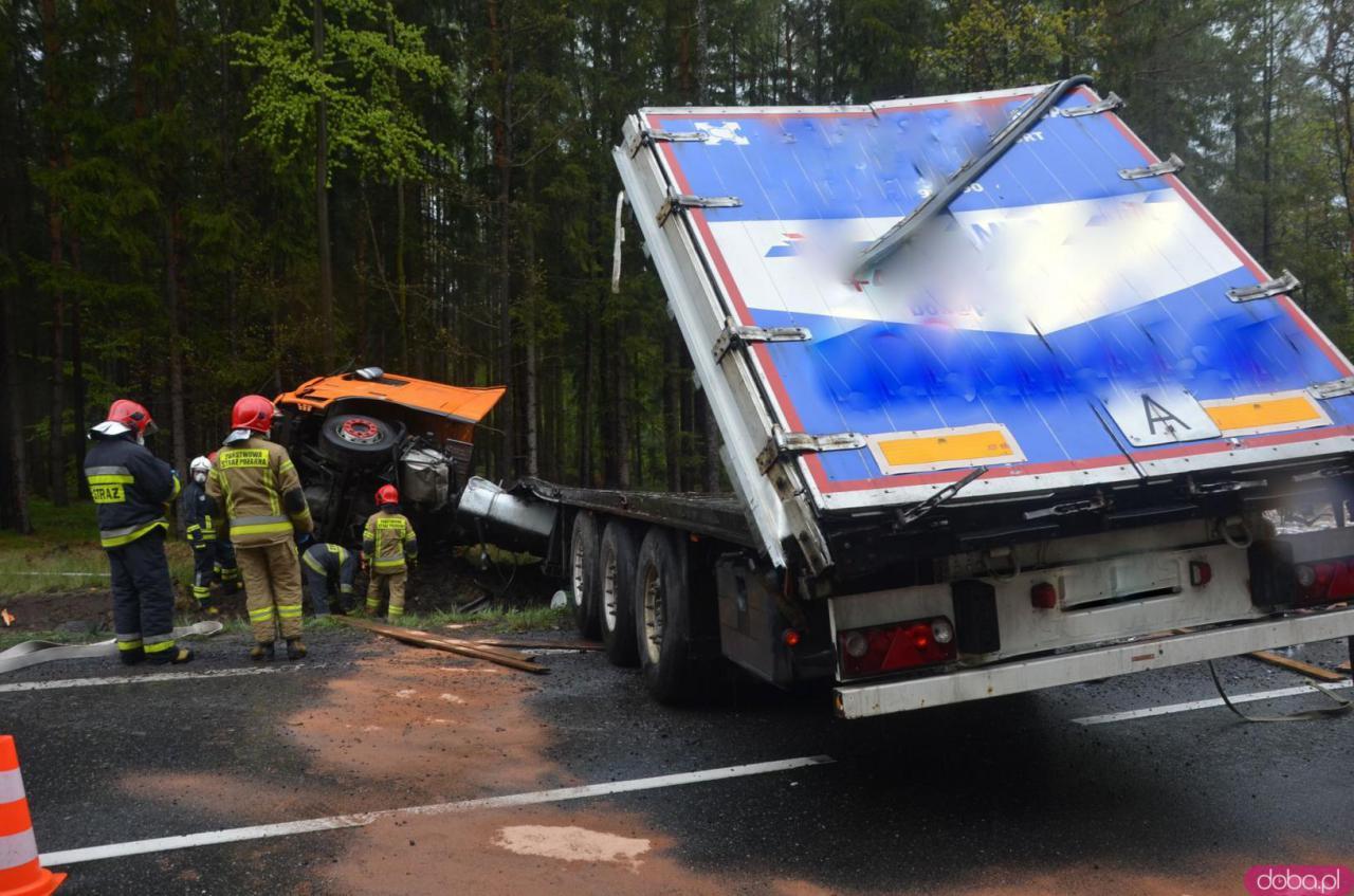 Ciężarówka w rowie na dk8 między Szczytną a Polanicą