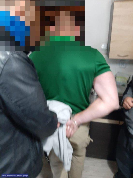 Funkcjonariusze rozbili 5 - osobową grupę przestępczą zajmującą się wprowadzaniem do obrotu znacznych ilości środków odurzających