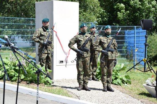 uroczystość odsłonięcia pomnika upamiętniającego 40 rocznicę strajków w zakładach POLMO-ZEM w Dusznikach-Zdroju