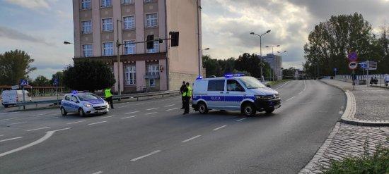 Z powodu pęknięcia jezdni zamknięto przejazd przez most ul. Kościuszki w Kłodzku.