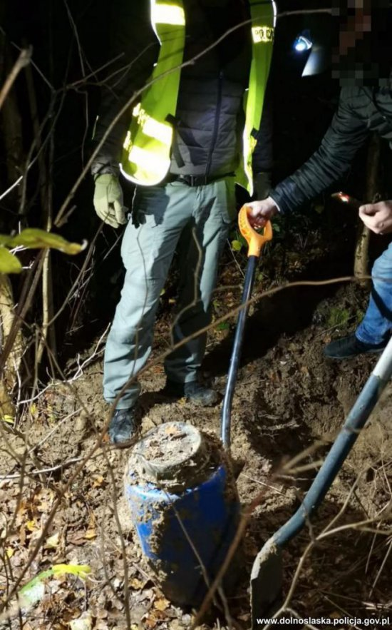 Policjanci w odludnym miejscu ujawnili zakopane beczki m. in. z amfetaminą i kokainą.