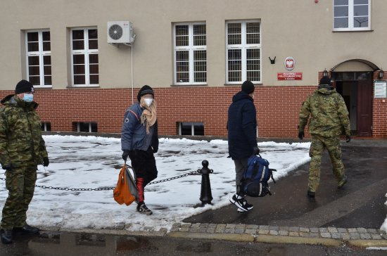 Policjanci, którzy zjawili się na miejscu zdarzenia ujawnili w przestrzeni ładunkowej, pomiędzy właściwym towarem jakim były filtry - 4 cudzoziemców