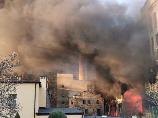 [WIDEO] Pożar na terenie byłej fabryki lnu