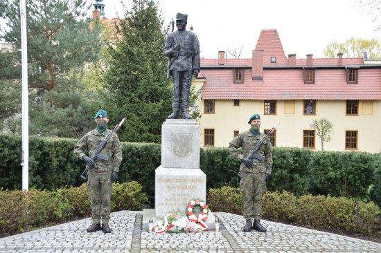 Z powodu trwającej pandemii, Powiatowe i Miejskie Obchody Konstytucji 3 Maja w Kłodzku miały skromny i kameralny charakter.