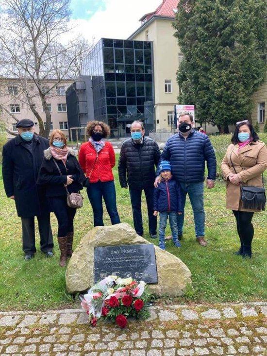 Z okazji 230 rocznicy uchwalenia Konstytucji 3 Maja, pod Dębem Niepodległości zasadzonym w polanickim Parku Zdrojowym w Polanicy-Zdroju złożone zostały wiązanki kwiatów.