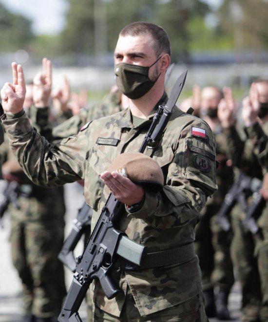 uczniowie szkół średnich o profilu wojskowym z Kłodzka i Kamiennej Góry po ukończeniu 18 roku życia założyli mundur żołnierza Wojska Polskiego.