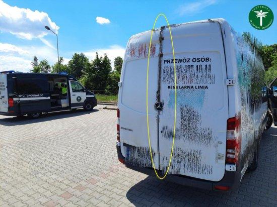 [FOTO] Kierowca przewoził pasażerów ze Śląska do Kotliny Kłodzkiej. Uszkodzone drzwi przywiązał taśmą do fotela