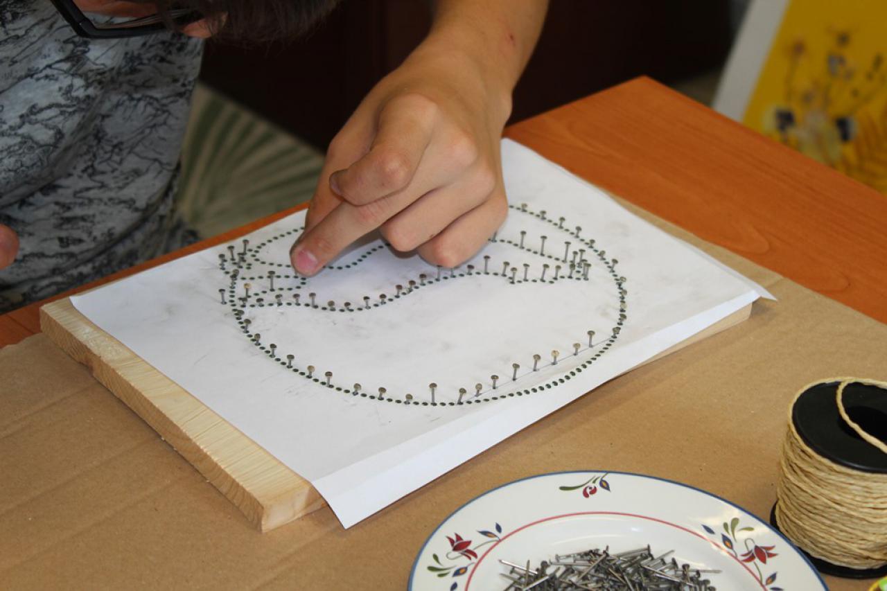 Na zajęciach rękodzielniczych tajniki wyplatania w technice string.art. zgłębiali uczniowie klasy ósmej miejscowej Szkoły Podstawowej.