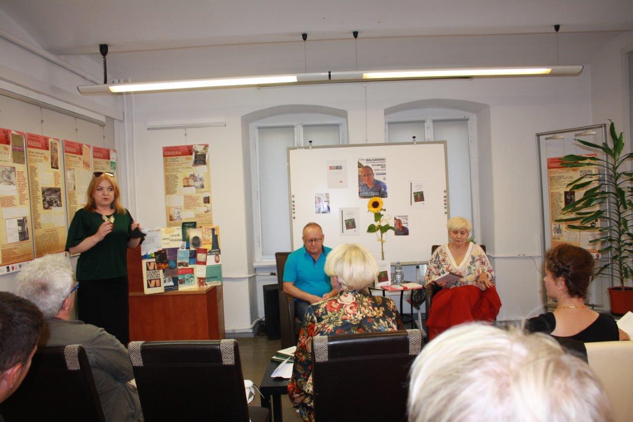 """Niezwykle udane spotkanie z Karolem Maliszewskim, który zaprezentował kłodzkim czytelnikom swoją nową książkę """"Czarownice nad Włodzicą."""