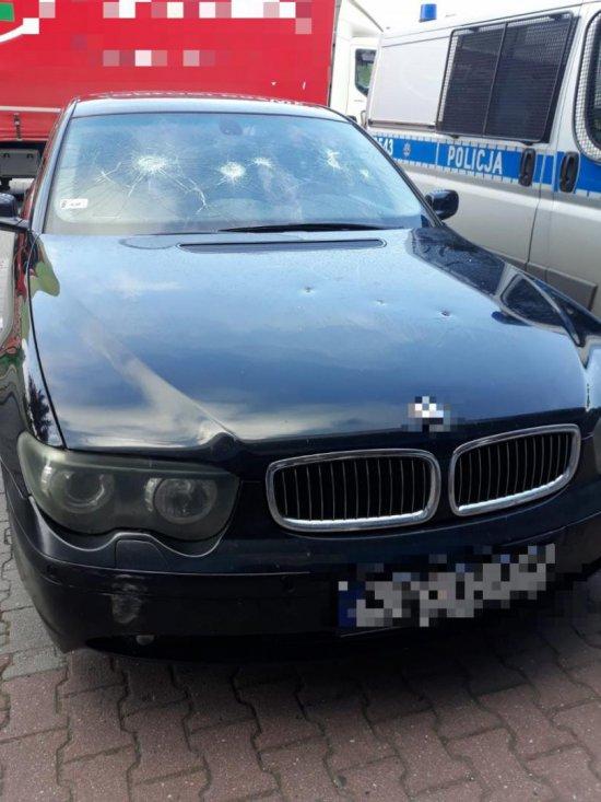 Uderzał w auto kostką brukową. 27-latek został zatrzymany [Foto]
