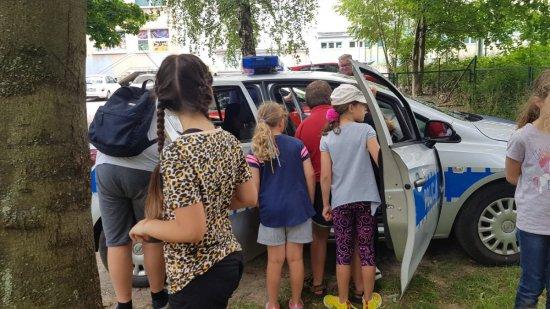Dzielnicowi z Kłodzka rozmawiali z młodzieżą na temat bezpieczeństwa podczas wakacji
