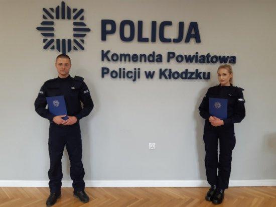 Akty ślubowania nowo przyjętym wręczył p. o. Zastępca Komendanta Powiatowego Policji w Kłodzku.
