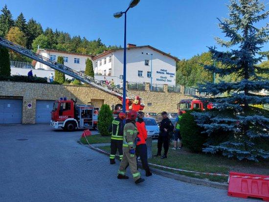 Ewakuacja w polanickim szpitalu. Wspólne ćwiczenia strażaków i personelu [Foto]