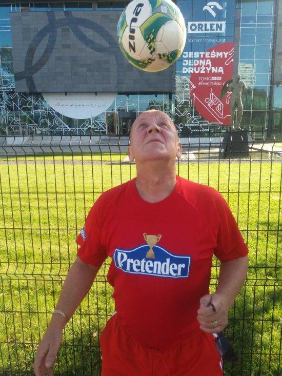 Wielokrotny rekordzista Księgi rekordów Guinnessa w podbijaniu różnych rodzajów piłek, Janusz Chomontek przyjedzie do Kłodzka.