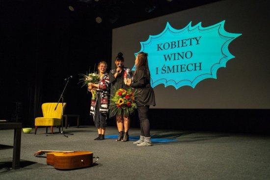 W sobotę, 18 września w sali widowiskowej Miejsko-Gminnego Ośrodka Kultury w Bystrzycy Kłodzkiej odbyła się prapremiera spektaklu Kobiety, wino i śmiech.