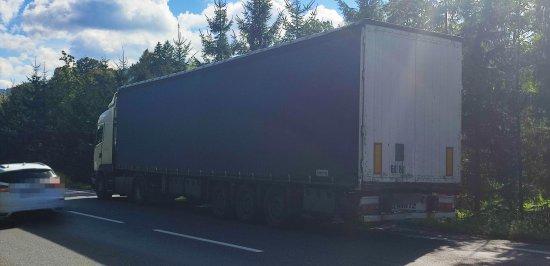 Zdarzenie drogowe z udziałem 3 ciężarówek i osobówki na DK-8 w Szczytnej [Foto]
