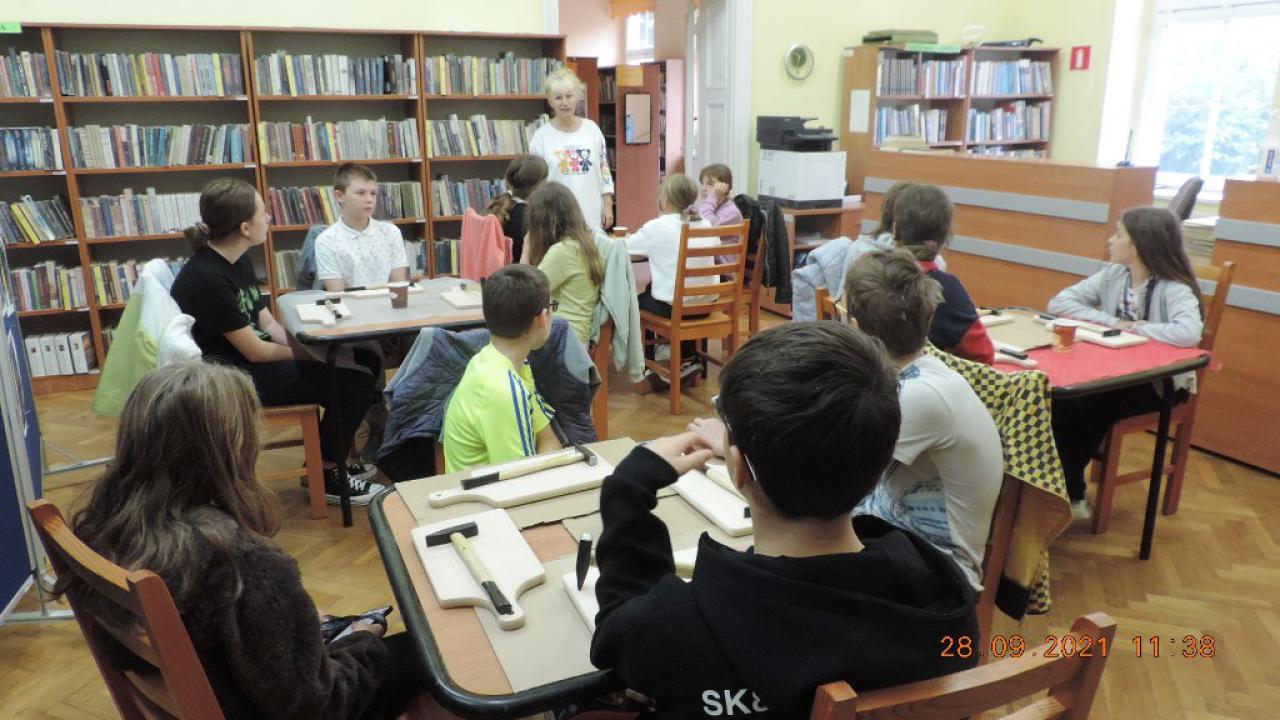 Światowy Dzień Wścieklizny - warsztaty artystyczne w bibliotece [Foto]