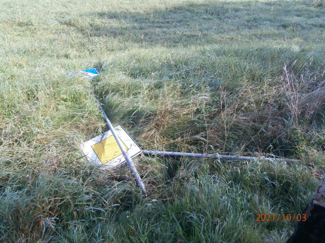Powyrywali znaki drogowe, połamali tablicę i zniszczyli teren przy kampingu [Foto]