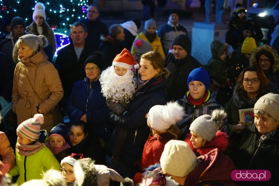 Mikołaj rozświetlił choinkęna strzegomskim Rynku