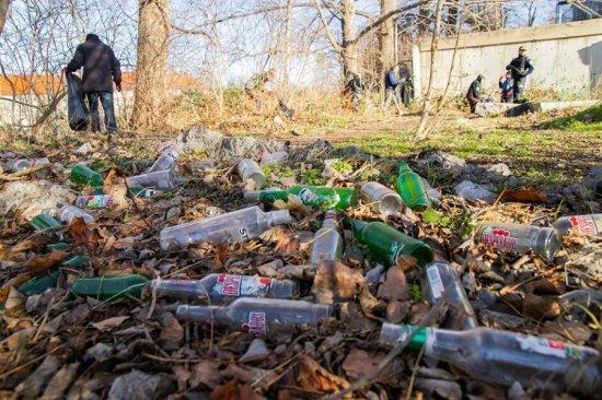 bezdomni posprzątali rzekę