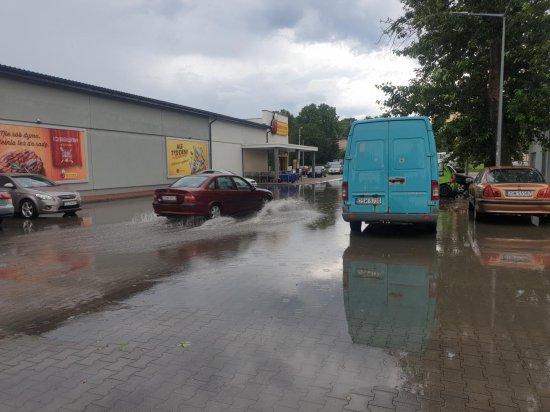 [FOTO] Burza nad Świdnicą. Zalane parkingi, nieprzejezdna ulica pod wiaduktem