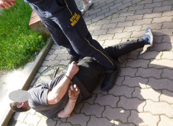 [FOTO] Zaatakował metalową rurą klienta ZUS-u. Mężczyzna jest poważnie ranny