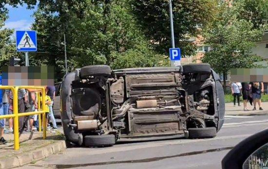 Osobówka na boku po zderzeniu na skrzyżowaniu
