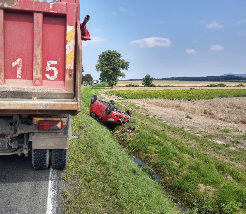 Zahaczyła w trakcie wyprzedzania o ciężarówkę, jazdę zakończyła w rowie