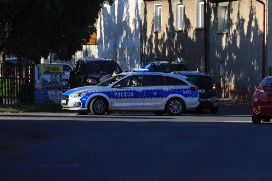 Zderzenie osobówki z motocyklem na skrzyżowaniu w Jagodniku