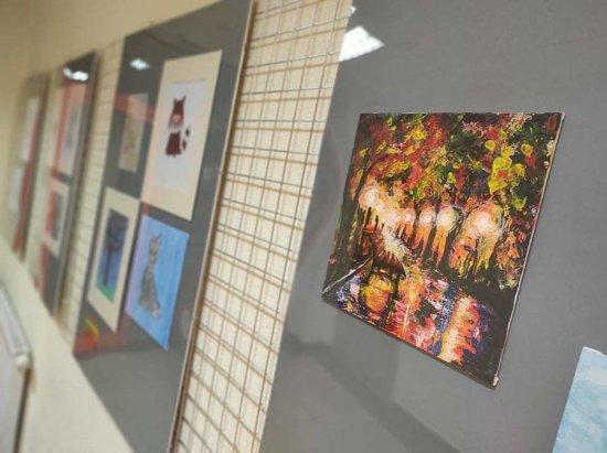 Prace młodych artystów na wystawie w GCKiS