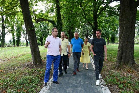 Odbiór robót budowlanych w parku przy ul. Jeleniogórskiej w Świebodzicach