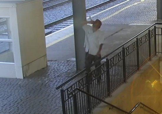 [FOTO] Flaszką rzucił w drzwi dworca
