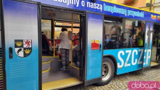 [FOTO] Spora kolejka do autobusu, w którym wykonywane są szczepienia