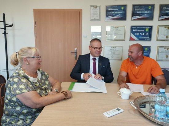 Umowa na budowę chodników oraz zatok w Zebrzydowie i Kątkach podpisana
