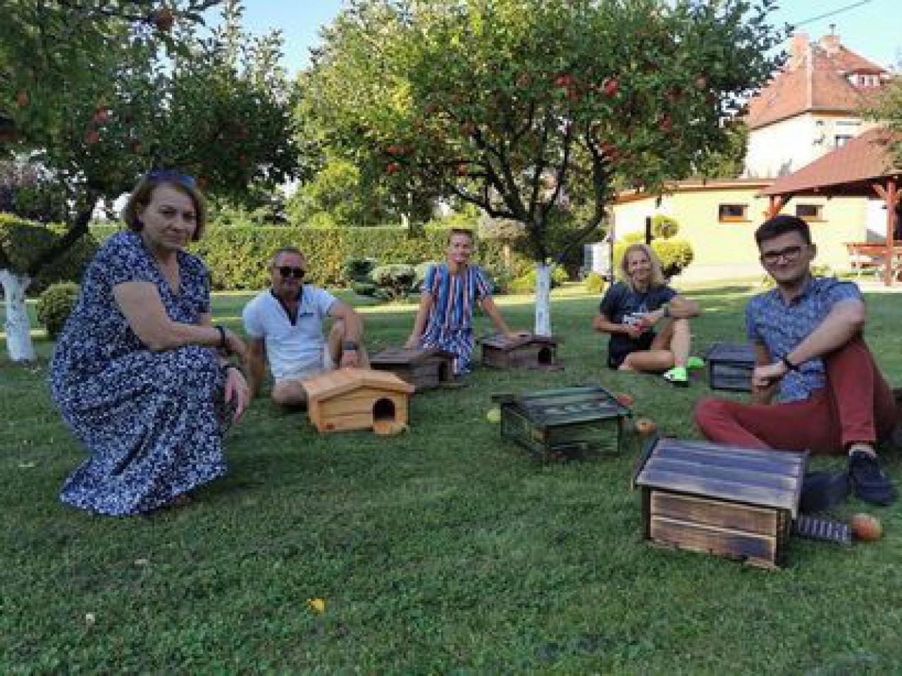 [FOTO] Mieszkańcy Żarowa stawiają domki dla jeży