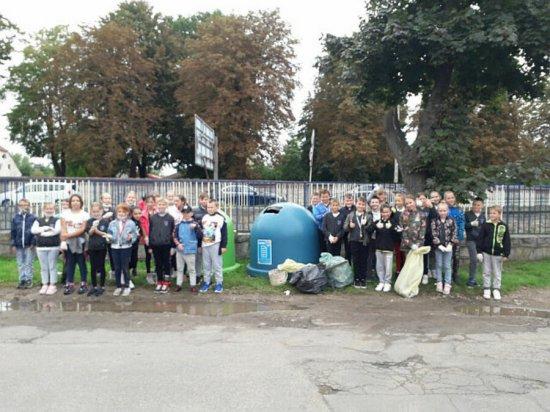 [FOTO] Uczniowie PSP nr 3 posprzątali okolicę