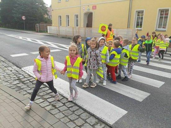 [FOTO] Przypomnienie przedszkolakom z Jaroszowa zasad zachowania na drodze