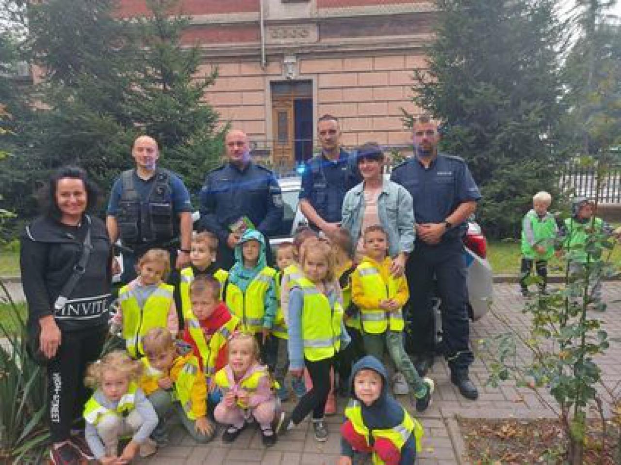 Dzieci z Bajkowego Przedszkola w Żarowie wizytowały na komisariacie