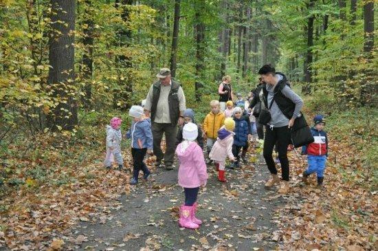 [FOTO] Przedszkolaki ze Stanowic na wycieczce w lesie
