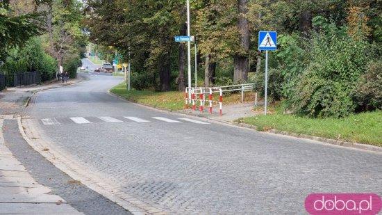 [FOTO] Piesi niewidoczni na przejściu. Powód? Rozrośnięte krzaki
